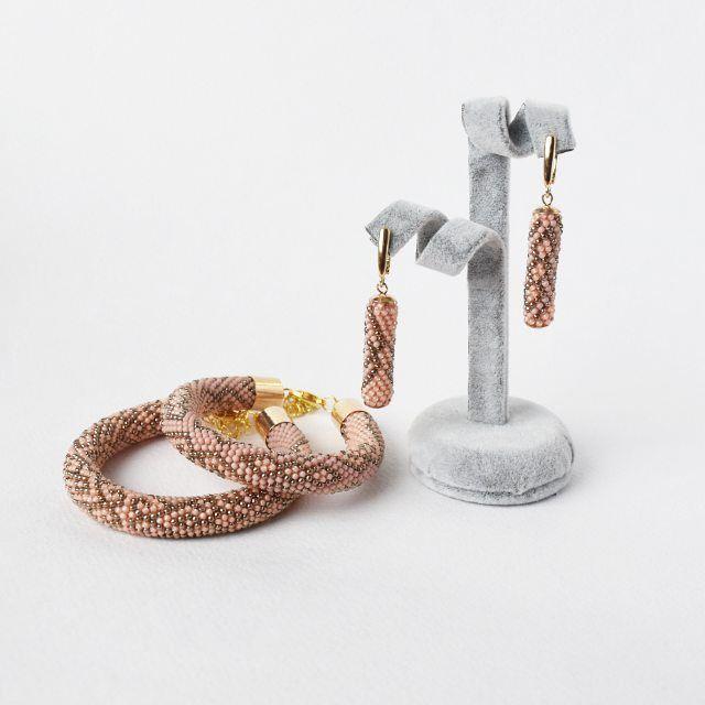 """WEBSTA: Вязанные браслеты и серьги из серии """"Орнамент"""" использован японский бисер Toho.  Комплект в наличие браслеты толщиной 11см. подходят на запястье 17-18см. Длинна сережек до швенз 4см.  Цена комплета 20000тг"""