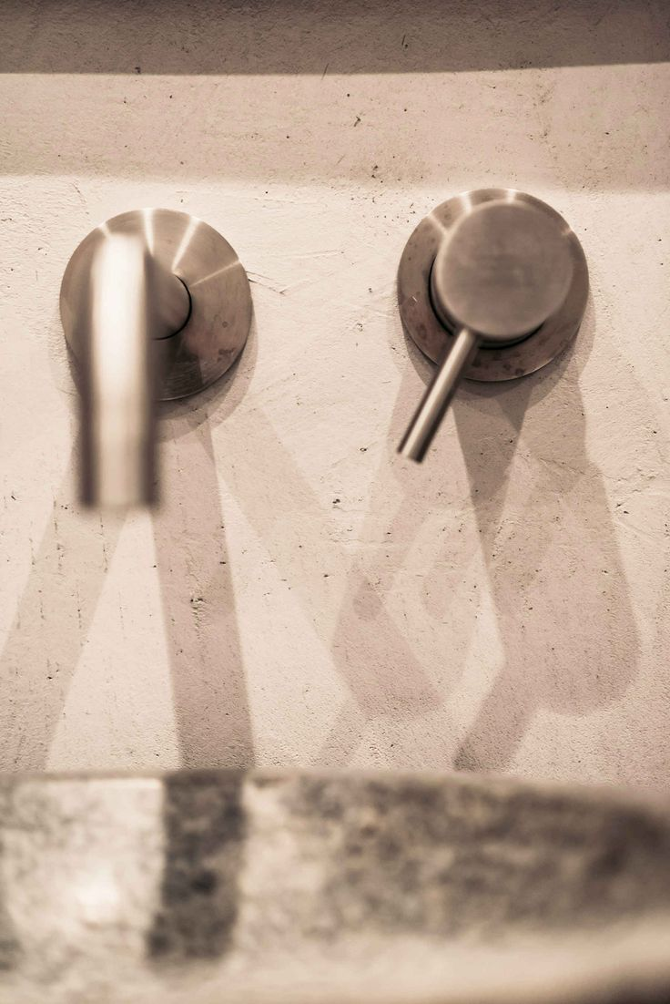 Rustieke wandafwerking bij de wastafel in de badkamer | CMI