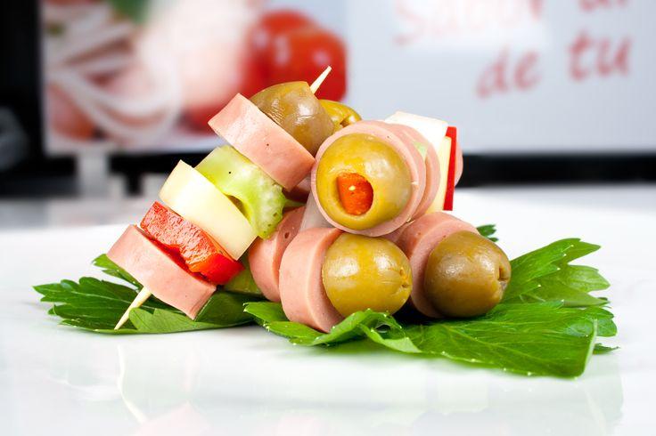 Deliciosa salchicha de pollo, con aceitunas, queso y vegetales. Perfecta #combianacion con tus #comidas.