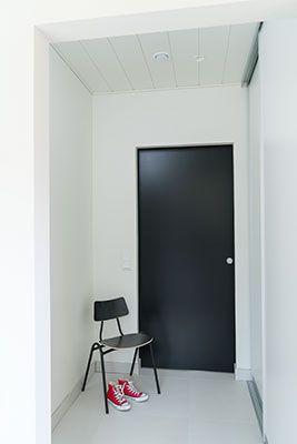 JELD-WEN-liukuovi Steady-lujalaakaovi 411 maalattu musta http://www.jeld-wen.fi/ovet/sisaovet/sisaovivalikoima/tuotesivu/?productId=3481