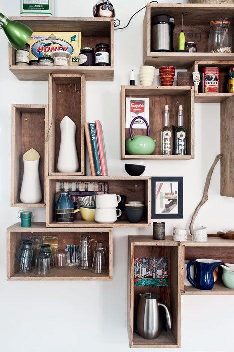til væg i køkken mod soveværelse (lavet af gamle transportkasser til keramik)