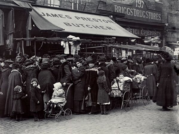 Dressed for shopping at Hoxton Market, Shoreditch, 1910. I used to live near here