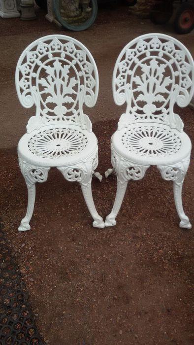 Online veilinghuis Catawiki: Twee metalen Franse bistro stoelen .