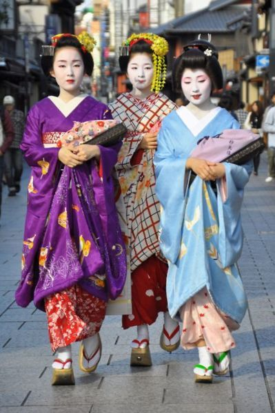 GEISHAS.......SOURCE BING IMAGES............