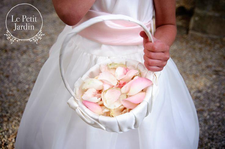 Piccola cesta di petali da spargere prima dell'entrata della sposa.