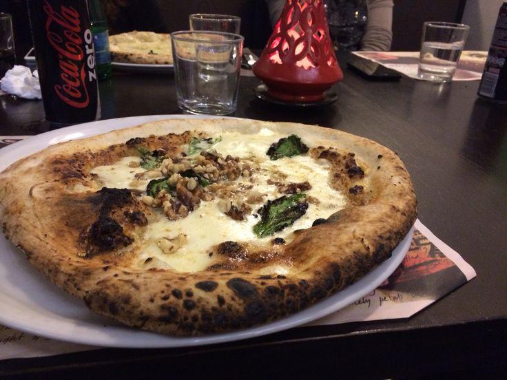 Pizza crema di noci,mozzarella e noci