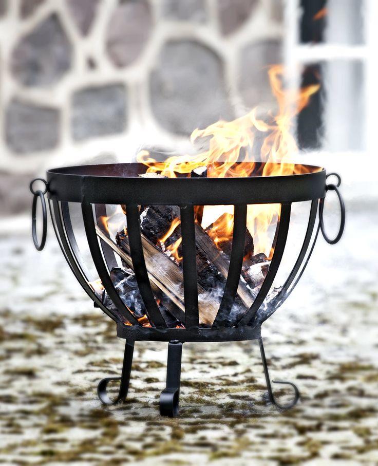 Transportabelt bålsted i sort jern til haven. #bålsted #bålihaven #ildsted #hyggeihaven #haveliv #bonfire #bonfireathome #bonfireinthegarden #nordicliving #plantorama