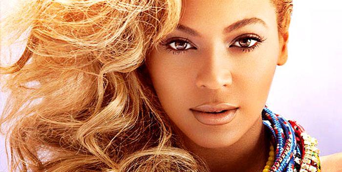 Beyoncé doa R$ 280 mil para americanos em crise  Queen Bdoou um cheque no valor de aproximadamente R$ 280 mil para vários moradores de Flint Michigan que foram afetados pela crise hídrica.Beyoncé fez uma parceria com algumas instituições de caridade para que seus fãs possam fazer doações filantrópicas nos shows daFormation Tour.Como se não bastasse a artista também deu bolsas de estudo e ingressos para 14 estudantes da cidade. Precisamos de mais Beyoncés espalhadas pelo mundo. BEYONCÉ