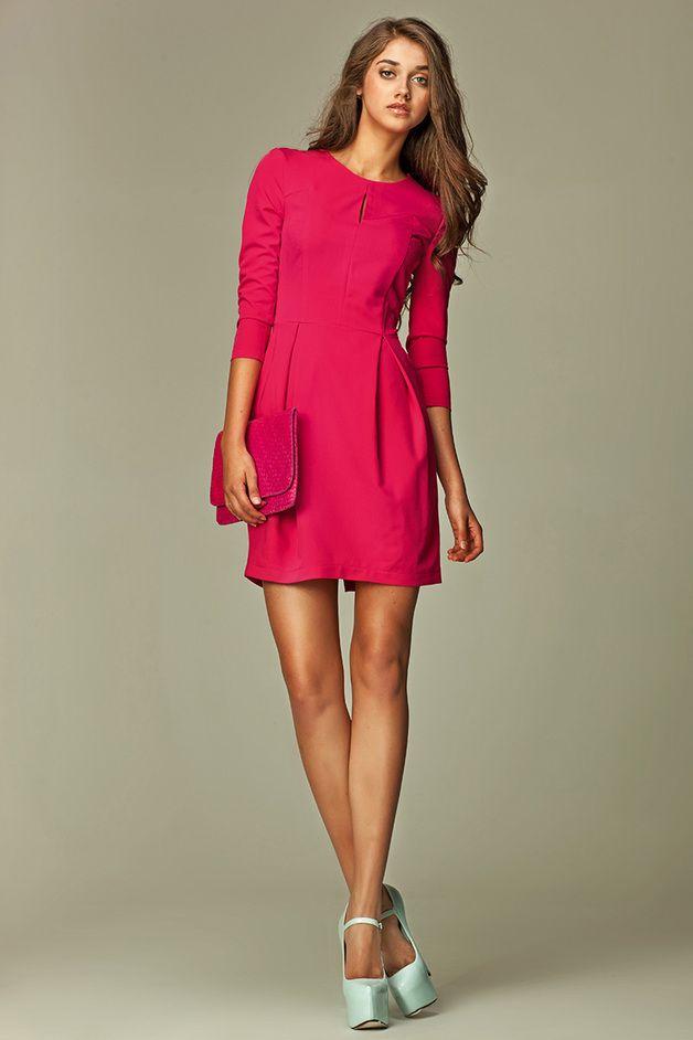 Sukienka z pęknięciem na dekolcie - różowy - nife_pl - Sukienki