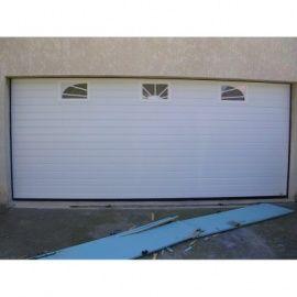Une porte de garage roulante avec hublots personnalisés !