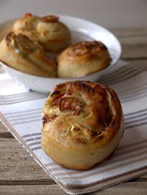 Rollitos de queso de cabra, tomate y ajo caramelizado