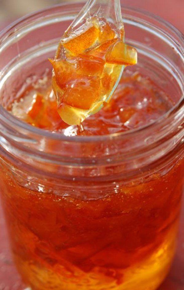 Ingrédients : -5 oranges non traitées -300 g de sucre Préparation : -Brossez les oranges sous un filet d'eau chaude. -Prélevez le jus de deux oranges et émincez les trois autres en fines rondelles que vous couperez ensuite en 4. -Dans une casserole, faites chauffer le jus d'orange avec le sucre. Dès qu'il bout, …
