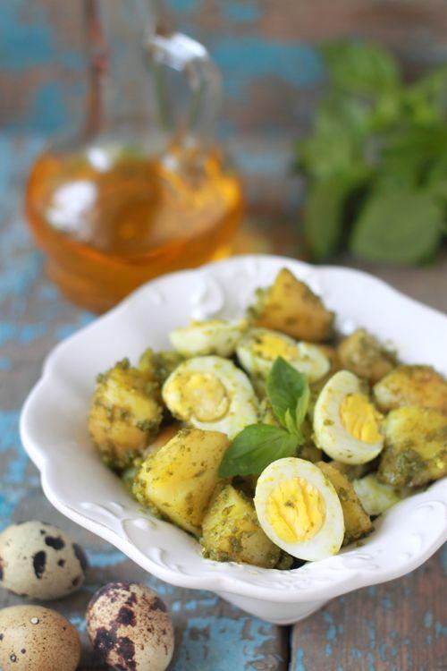 Салат из молодого картофеля с перепелиными яйцами и соусом песто.