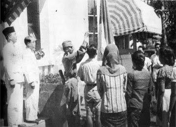 H Mutahar, Bapak Paskibraka yang Dititipi Merah Putih oleh Bung Karno  Selengkapnya : http://www.kompasiana.com/bertysinaulan/h-mutahar-bapak-paskibraka-yang-dititipi-merah-putih-oleh-bung-karno_5880fc0fad9273c516d86130  Bendera Merah Putih yang kelak dinamakan Bendera Pusaka saat pertama kali dikibarkan pada 17 Agustus 1945. (Foto: mindtalk.com)  #ISJ001