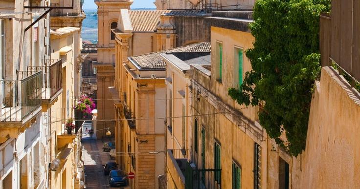 #Sizilien: Zauberhafte Küsten, malerische Hafenstädte, Orangenhaine, #Palmen und Zypressen, das angenehme mediterrane Klima, die Lebensfreude der Sizilianer und nicht zuletzt die bekannte sizilianische Küche begeistern jeden Besucher. Reisezeitraum und Preise unter www.noz.de/reisen #sicily