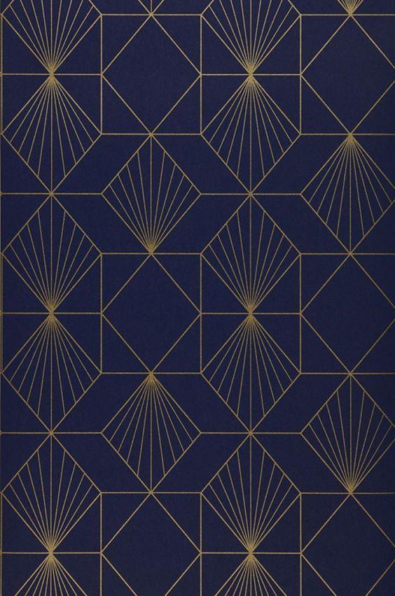 54,90€ Prix par rouleau (par m2 10,36€), Papier peint géométrique, Matériel de base: Papier peint intissé, Surface: Lisse, Aspect: Motif chatoyant, Surface mate, Design: Éléments graphiques, Couleur de base: Bleu nuit, Couleur du motif: Doré, Caractéristiques: Bonne résistance à la lumière, Difficilement inflammable, Arrachable à sec, Encollage du mur, Lessivable