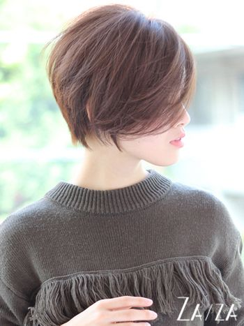長めの前髪から少しだけ横顔が見えると、少しアンニュイな魅力になります。