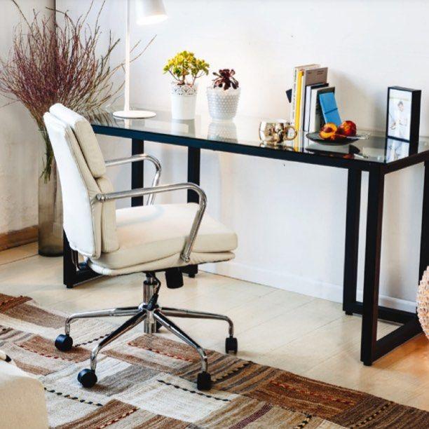 #Diseño y #funcionalidad para #trabajar #contento. #Homeoffice #escritorio #silla #iluminación #lámpara #ambientes #MueblesSur