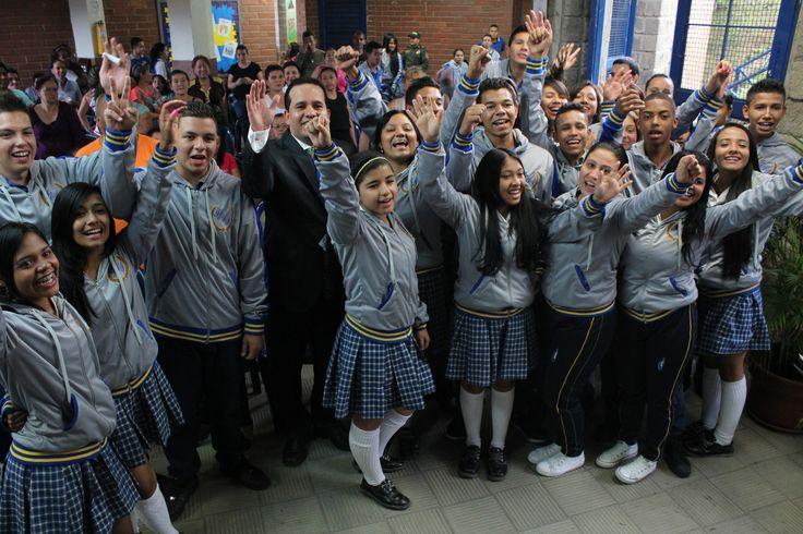 Entrega de chaquetas Prom 2015 a los alumnos de la I.E Ciudad Itagüí