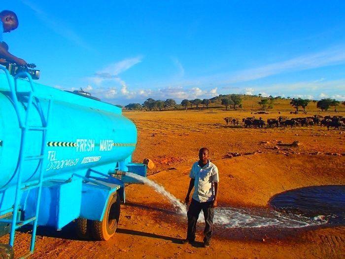 Каждый день этот человек в сильнейшей засухе обеспечивает водой диких животных
