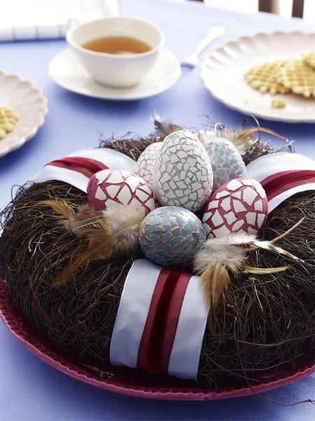 Ein Kranz mit Ostereiern: perfekt als Tischdeko zu Ostern.