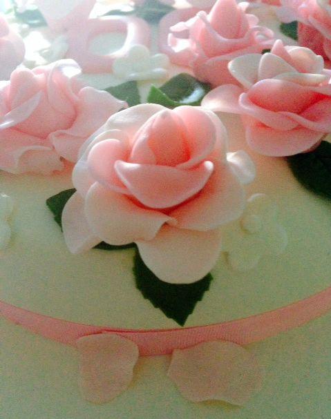Roses cake - Birthday cake made by me for my husband's granny. All the flowers and leafs were handmade by me with fondant. Bolo de aniversário (bolo de iogurte com pepitas de chocolate, coberto com pasta de açúcar branca) para festejar o 90º aniversário da avó do meu marido. O bolo é coberto por pequenas flores brancas e rosas (a lembrar as rosas de Santa Teresinha) feitas em pasta de açúcar.
