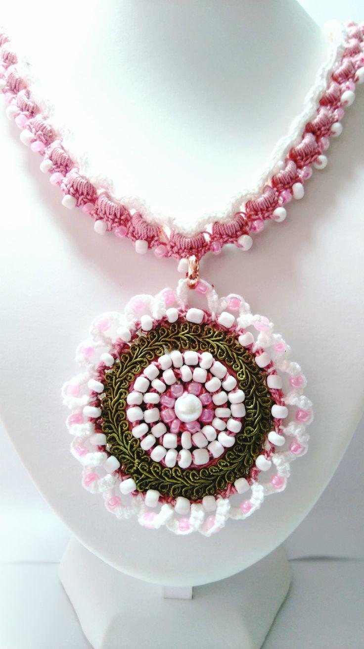 collier au crochet blanc et rose, perles de rocaille coordonnées fermeture toggle rond : Collier par chely-s-creation