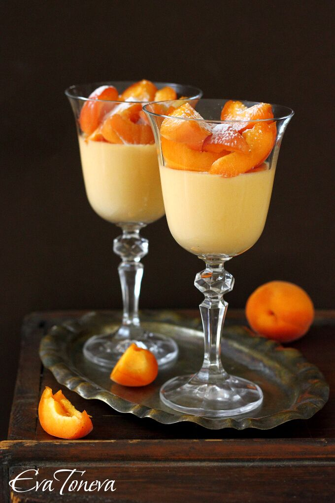 Sadly this recipe forr apricot panna cotta isn't in English, but the picture tells the story anyway