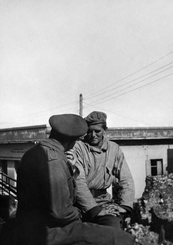 Major Anders Lassen (facing camera) discussing with another officer the forthcoming Lake Commacchio raid, early 1945. Lassen and his fellow men of the SBS were tasked to cross impossible terrain, so spearheading the Allied Breakthrough in Northern...pin by Paolo Marzioli