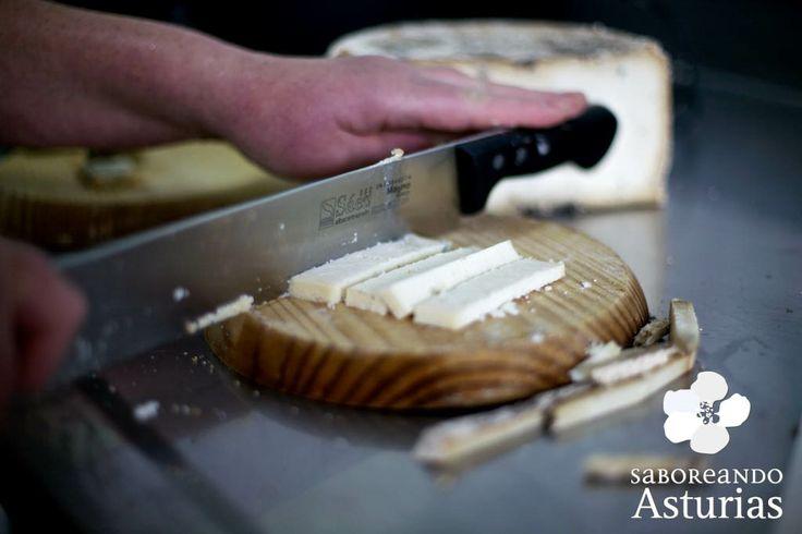 Conocer los más de 40 quesos de Asturias será un viaje apasionante; degustarlos, una experiencia inolvidable. Si quieres conocer multitud de experiencias gastronómicas para vivir en Asturias, te recomendamos que visites www.saboreandoastarias.org
