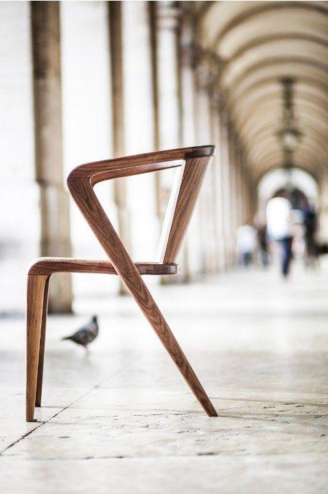 krzesło z naturalnego drewna i korka; finezyjne i proste jednocześnie