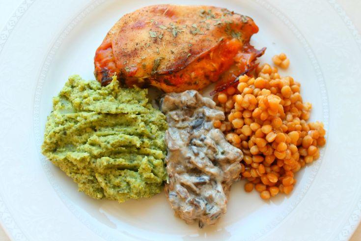 Ost- og pestofylt kylling med linser, soppstuing og brokkolipurè.