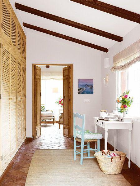 Los muebles pintados suavizan el estilo rústico tradicional- piso de barro con muebles blancos