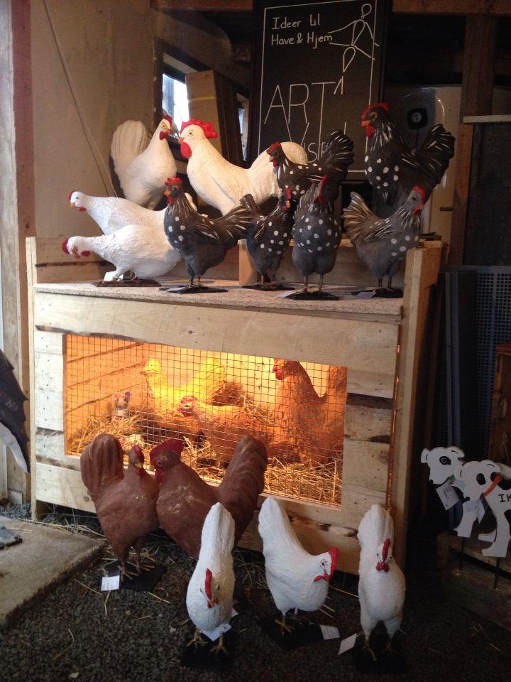 Hønse hold  i makemake,  cement og jern. Have dekoration, have design se mere på https://www.facebook.com/groups/art.visten/?fref=ts# direkte salg fra eget værksted. hønsehold, høns, hane, kyllinger, brune høns, hvide høns, bur, perlehøns, høne, Art Visten, kunsthåndværk, Løkken, Lønstrup, Hirtshals, dyr i haven, Tornby, strand, garden, have, havekunst, kunst.
