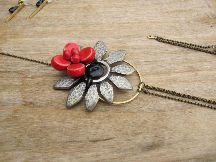 """collier fleur métal et céramique rouge collection"""" Je me souviens d'un temps"""" : Collier par milky-bibiche"""