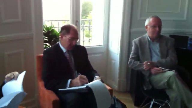 Brian Currin konferentzia aurkezten zuzenean