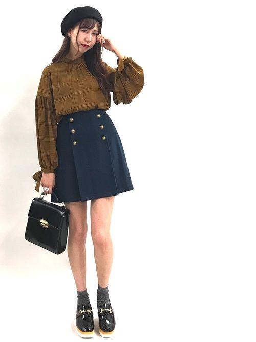 レトロ感のあるトラッドスタイル✨ 袖口のリボンとスカートの金ボタンが今っぽい💕 厚底のローファー