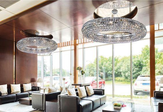 Przedstawiamy lampy w stylu glamour. Produkty wzbogacą wnętrza, dodadzą unikalnego charakteru. Prezentujemy inspirujące oprawy do stworzenia interesujących wnętrz.