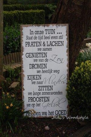 """Groot tekstbord """"In onze tuin"""" om op te hangen of neer te zetten in de tuin. Met geschilderde letters.  Kijk bij bron om te zien waar hij te koop is."""