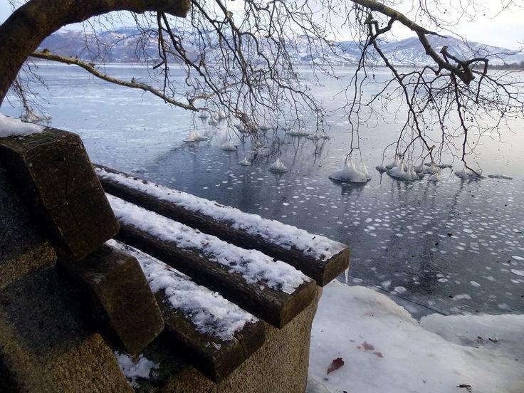 Ο Στέλιος Φόρλιακας φωτογραφίζει τα ίδια μέρη της λίμνης, τις παγοδημιουργίες πριν και μετά το χ...