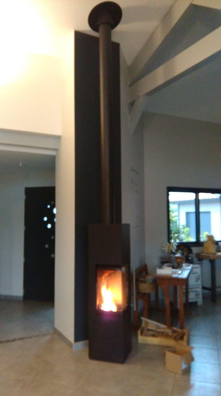 installation par delmas diffusion d 39 un po le bois cali xl acier noir de la marque fran aise. Black Bedroom Furniture Sets. Home Design Ideas