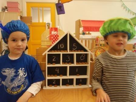 huisje van blokker binnenkant met schoolbordenverf behandeld. Cijfers erin geschreven. Pepernoten tellen.