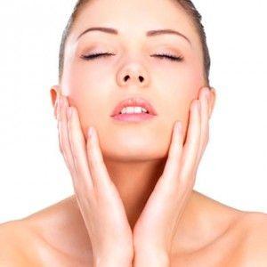 """Cuidar la piel del cuerpo se convierte en una necesidad después de los 30 años y la solución es la loción """"Extra Firming Body"""" de Clarins. Ofrece la alternativa de un cuidado aterciopelado para mejorar la epidermis, porque cuenta con extractos vegetales capaces de regenerar la densidad de la piel, devolviendo el aspecto original de elasticidad. Este tratamiento nutritivo suaviza pero también reduce las arrugas y satina la piel de todo el cuerpo con una triple acción."""