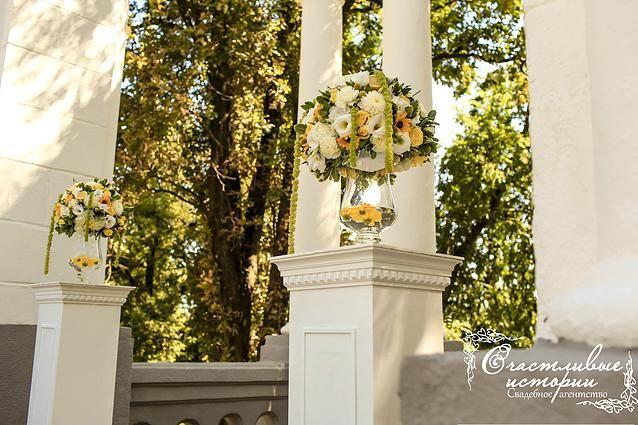 """Выездная регистрация, цветочные композиции, желтые цветы, свадебная арка. Wedding yellow flowers, wedding ceremony Флористика и декор """"Barbaris Flowers"""" Организация свадебное агентство """"Счастливые истории"""" happystorieswed.ru #happystorieswed yellow wedding"""