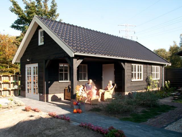 6. Houten potdekselmotief met dakpannen gedekt vakantiehuis atelier tuinhuis of BB met overdekt terras 60m2