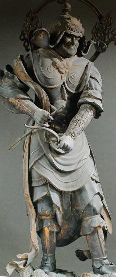 【京都・三十三間堂/金毘羅王(二十八部衆)(鎌倉)】国宝。木造彩色、玉眼。158cm。インド神話の鰐神。航海の守護神、水神クンビーラ。薬師十二神将の筆頭。冑を被った武装姿で両手を腰の辺りで構え、右手には矢、左手に弓を携える。