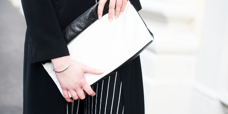 Elegantes Abendstyling: Schwarz-weiß gestreifte Hose & schwarzer, langer Mantel und gravierbares Love Bridge Armband von THOMAS SABO - by kiamisu modeblog