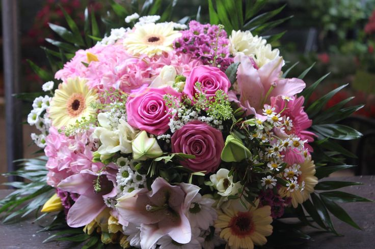 Kytica, ruže, minigerbery, lalie, santiny, frézie 50 € http://www.kvetysilvia.sk/donaskova-sluzba/
