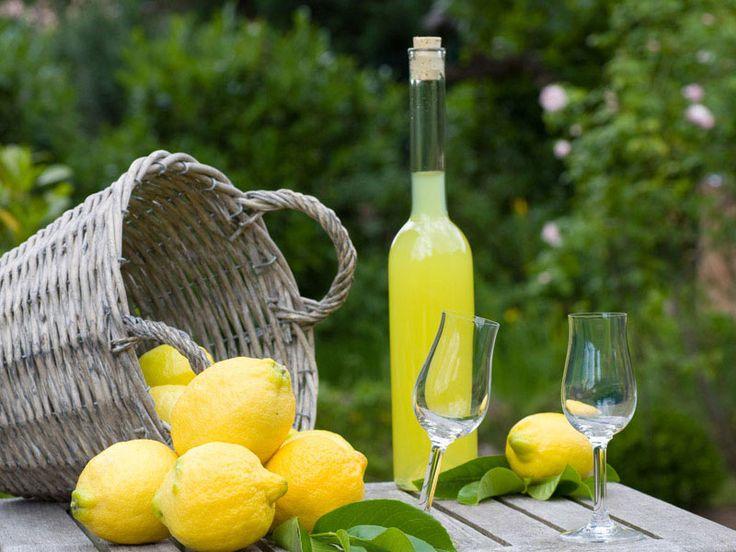 Il Limoncello di Sorrento: storia, leggende ed origini del liquore della Penisola Sorrentina con l'originale ricetta del limoncello di Sorrento.