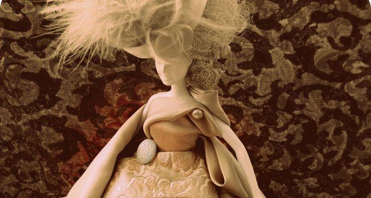 Ελληνας ηθοποιός φτιάχνει και πουλάει... κούκλες!  Ντυμένες με δαντέλες και ταφτάδες!